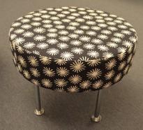 Morsom puff i mønstret stoff, Ø=60cm, høyde 46cm, ben i krom, pent brukt