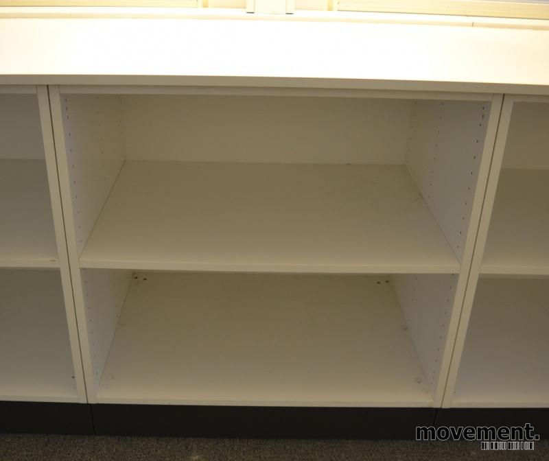 Lav, dyp bokhylle reol i hvitt på gråsokkel, 80cm bredde, 58cm dybde, 74,5cm hoyde, pent brukt