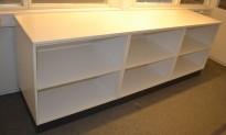 Lav, dyp bokhylle / reol i hvitt på grå sokkel, 80cm bredde, 58cm dybde, 74,5cm høyde, pent brukt