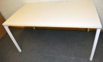 Hvitt, rektangulært skrivebord/arbeidsbord 140x80cm, understell i hvitlakkert metall, pent brukt