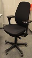 Kinnarps 9000-serie kontorstol, nytrukket i sort stoff pent brukt