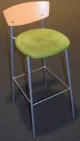 Barstol / barkrakk fra EFG, 82cm sittehøyde, bøk/grønn mikrofiber, grått understell, pent brukt