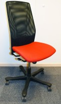 Kontorstol: Kinnarps 5000-serie i rød ullfilt / sort mesh-rygg, pent brukt