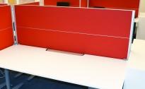 Kinnarps Rezon bordskillevegg til kontorpult i rødt/grått, 180 cm bredde, 69cm høyde, pent brukt