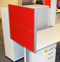 Kinnarps Rezon bordskillevegg til kontorpult i rødt/grått, 80 cm bredde, 69cm høyde, pent brukt