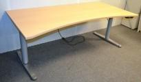 Horreds Free skrivebord med elektrisk hevsenk i bøk, 180x90cm, mavebue, NY PLATE / pent brukt understell