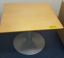 Lavt, kvadratisk loungebord / sofabord i bjerk finer, 70x70cm, H=56cm, pent brukt