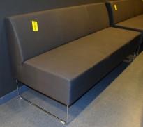 Loungesofa: VAD Pivot 3-seter sofa i gråsort stoff, bredde 170cm, pent brukt