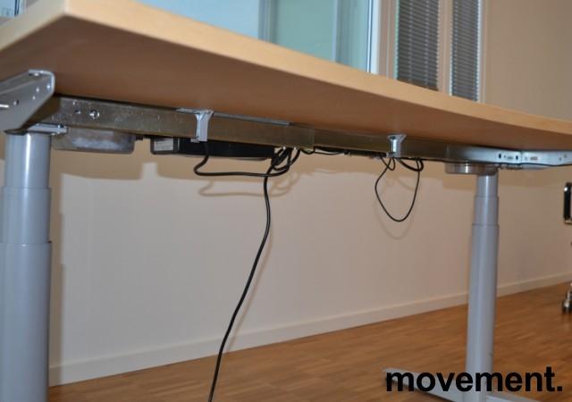Skrivebord med elektrisk hevsenk i bjerk fra Edsbyn, 140x90cm, pent brukt bilde 4