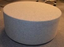 Puff i grått stoff, Ø=80cm, høyde 35cm, NY / UBRUKT