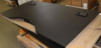 Lekker bordplate fra Holmris i matt sort, 180x90cm med magebue/innsving, med strømuttak, pent brukt
