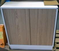 Lekkert skap fra Holmris i hvitt, med trykkdører i eik, 81B/30D/82,5H, NYTT/ Utstillingsmøbel