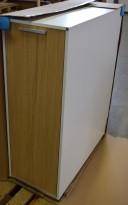 Tårnskap / towerskap fra Holmris i hvitt/eik, åpning mot venstre, 40B/90D/113,5H, pent brukt