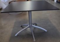 Lekkert loungebord i sort/grått  / lite, kvadratisk møtebord fra Segis, 100x100cm, modell K5, Bartoli Design, pent brukt