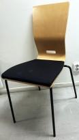 Konferansestol fra EFG Hov Dokka i bøk / sort stoffsete / sorte ben, modell GRAF, noe kosmetisk slitasje