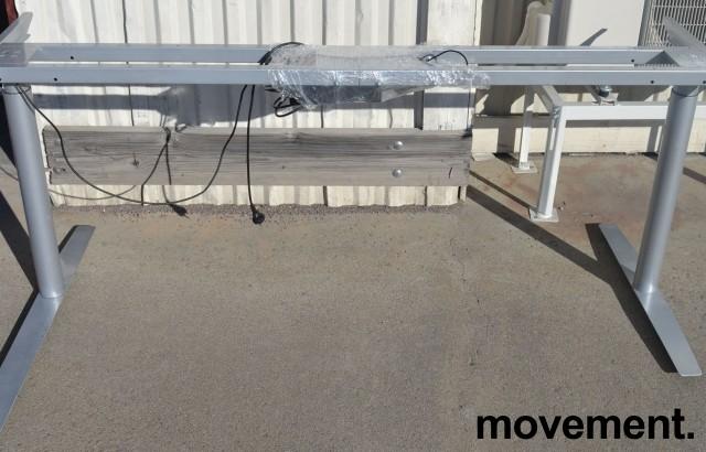 Grått elektrisk hevsenk-skrivebord / understell til skrivebord fra Svenheim, venstreløsning, 185cm bredde, passer plate 200x120cm, pent brukt bilde 1