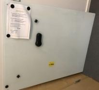 Whiteboard i hvitt glass, 120x90, vegghengt, pent brukt