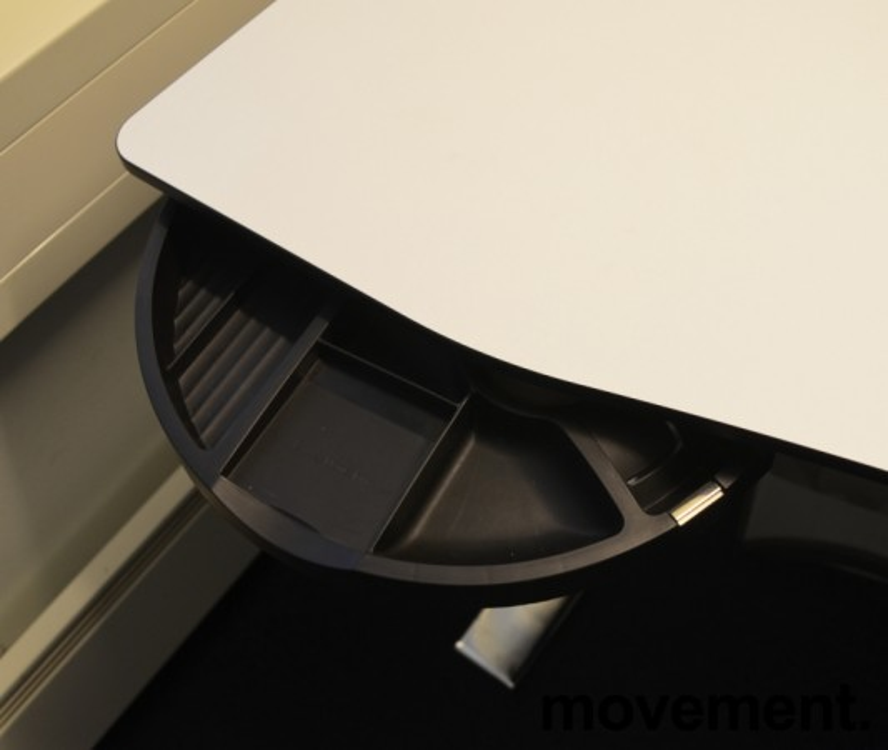 Duba B8 skrivebord med elektrisk hevsenk i hvitt og krom, 180x90cm med mavebue, pent brukt bilde 3