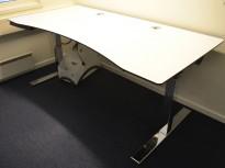 Duba B8 skrivebord med elektrisk hevsenk i hvitt og krom, 180x90cm med mavebue, pent brukt