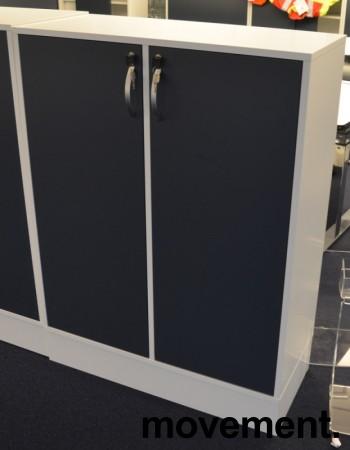 Duba B8 Expect reol i hvitt med dører i blågrått, 3H, 90cm bredde, 122cm høyde, pent brukt bilde 2
