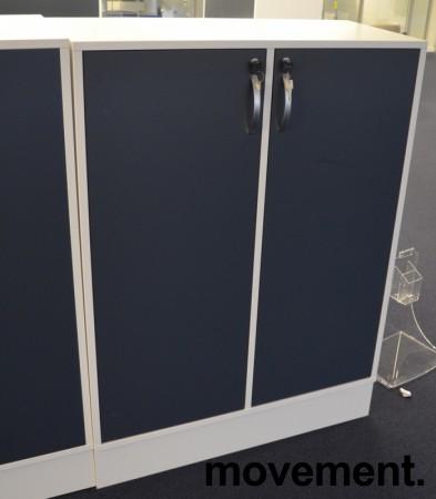 Duba B8 Expect reol i hvitt med dører i blågrått, 3H, 90cm bredde, 122cm høyde, pent brukt bilde 1