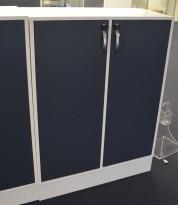 Duba B8 Expect reol i hvitt med dører i blågrått, 3H, 90cm bredde, 122cm høyde, pent brukt