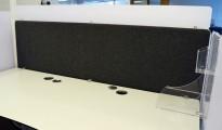 Bordskillevegg i mørk grått fra Duba B8, støydempende, med topp i hvit akryl, 180x75cm, pent brukt