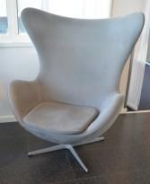 Fritz Hansen Egget, design: Arne Jacobsen i grått mikrofiberstoff, pent brukt