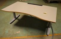 Skrivebord med elektrisk hevsenk, Kinnarps T-serie i lys grå med kant i treverk, 160cm bredde 90cm dybde m/ magebue, pent brukt