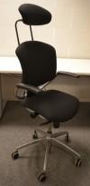 Savo Ikon, kontorstol i sort stoff med nakkepute og armlene, fotkryss i polert aluminium, NYTRUKKET