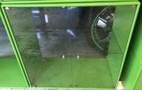 Vitrineskap fra Montana med glassdører, og bakside i glass, 69,7x69,7x38, eplegrønt skrog, brukt