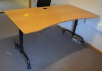 Rektangulært skrivebord i eik finer, med understell i sort, 160x90cm, magebue, pent brukt