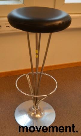 Barkrakk / barstol fra Fritz Hansen, Model 50650 i krom / sort skinn, Design: Piet Hein, pent brukt bilde 2