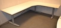 Kinnarps hevsenk hjørneløsning skrivebord i hvitt, 220x200cm, T-serie, NY PLATE, pent brukt understell