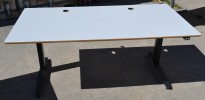 Skrivebord med elektrisk hevsenk i lys grå / sort fra Linak, 160x80cm, pent brukt
