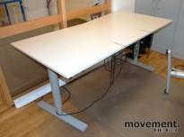 Martela skrivebord i lys grå med elektrisk hevsenk, 180x90 cm, pent brukt