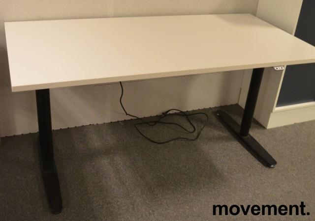 Skrivebord med elektrisk hevsenk fra Edsbyn i hvitt med sort understell, 160x80cm, pent brukt bilde 2