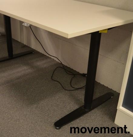 Skrivebord med elektrisk hevsenk fra Edsbyn i hvitt med sort understell, 160x80cm, pent brukt bilde 3