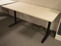 Skrivebord med elektrisk hevsenk fra Edsbyn i hvitt med sort understell, 160x80cm, pent brukt