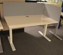 Lekkert skrivebord i hvitt fra SA Möbler, 140x80cm, pent brukt, 2016-modell!