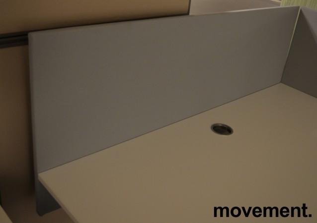Bordskillevegg i grått stoff fra SA Möbler, 140x60cm, pent brukt bilde 1
