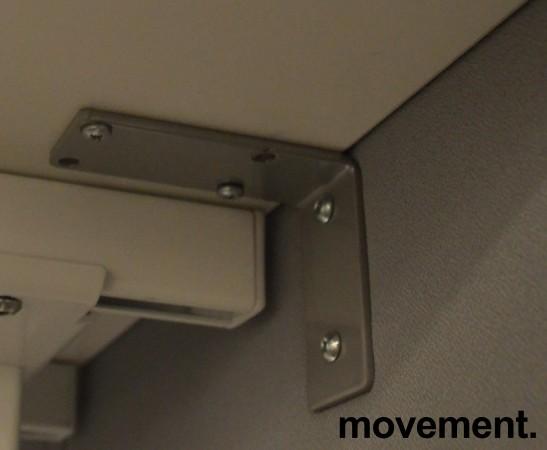 Bordskillevegg i grått stoff fra SA Möbler, 140x60cm, pent brukt bilde 2