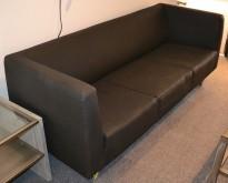 Loungesofa: 3-seter sofa i gråsort stoff, bredde 190cm, pent brukt
