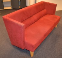 Loungesofa: 3-seter sofa i rødt mikrofiber fra Kinnarps, bredde 160cm, pent brukt