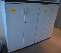 Kinnarps Serie-E skap med dører i lys grå for hengemapper, 80cm bredde, 125cm høyde, pent brukt