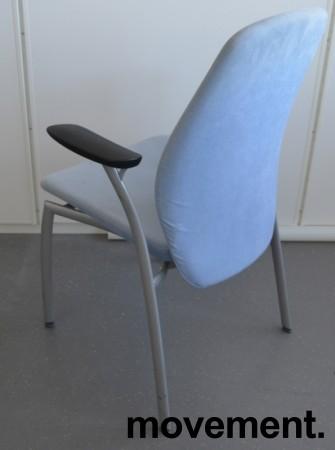 Møteromsstol fra Kinnarps, mod Plus 375 i lys blå mikrofiber / grålakkert metall, pent brukt bilde 2