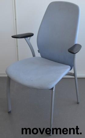 Møteromsstol fra Kinnarps, mod Plus 375 i lys blå mikrofiber / grålakkert metall, pent brukt bilde 1