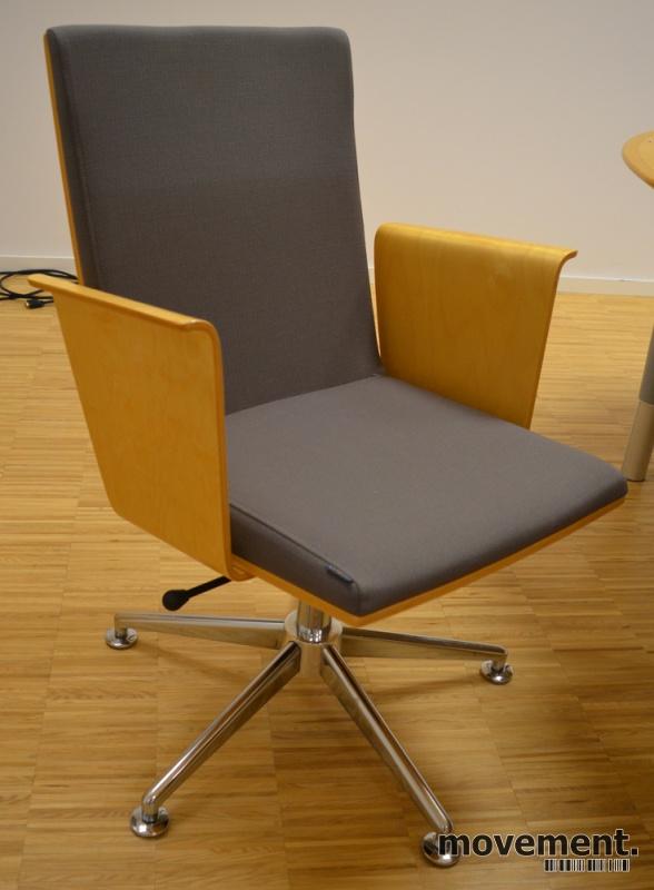 Konferansestol i grått stoff med rygg i bøk fra HovDokka, pent brukt bilde 1