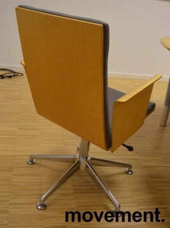 Konferansestol i grått stoff med rygg i bøk fra HovDokka, pent brukt bilde 2