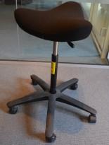 Ergonomisk kontorstol: Varier (Stokke) Move i sort på hjul, pent brukt